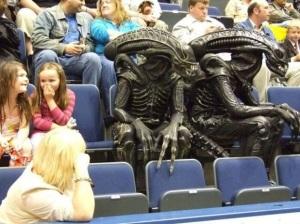aliens_viendo_un_partido